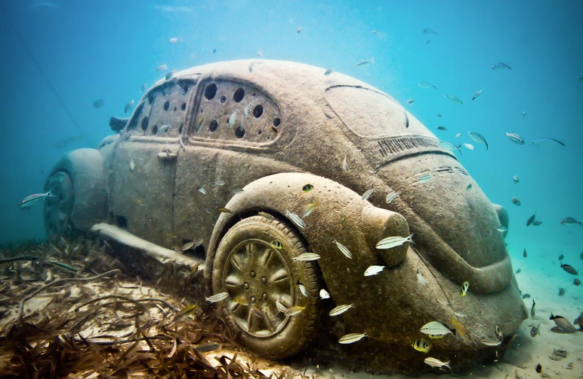 Подводный музей, Мексика. Фигура самого популярного авто в Мексике. Фольксваген Жук.