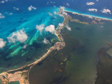 """Вид на косу """"Зона Отельера"""" которая отделяет воды Карибского моря от воды лагуны Ничупте в Канкуне"""