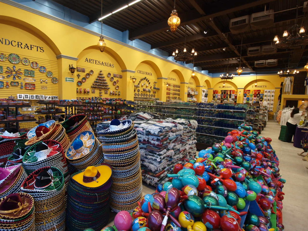 Зал сувениров Ла Фиеста в Плаза Форум. Поделки, сувениры, рестораны и клубы Канкуна в центре.