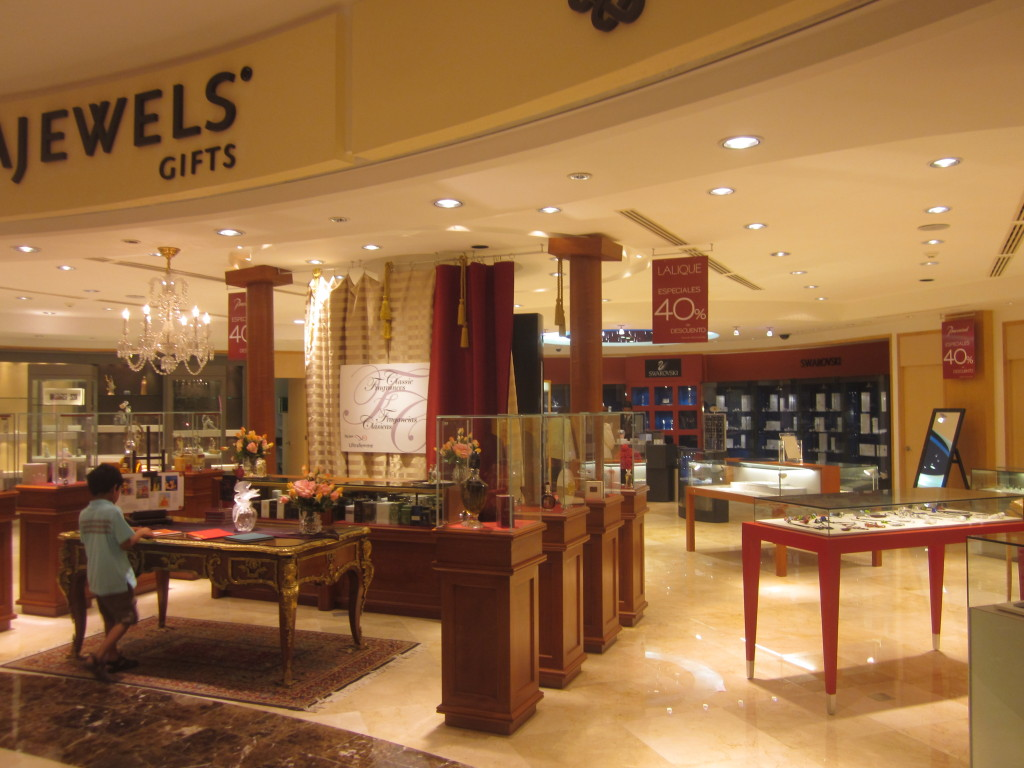 Магазин подарков Ультра Джевелс. Ювелирный магазин в Канкуне. Часы в Канкуне.