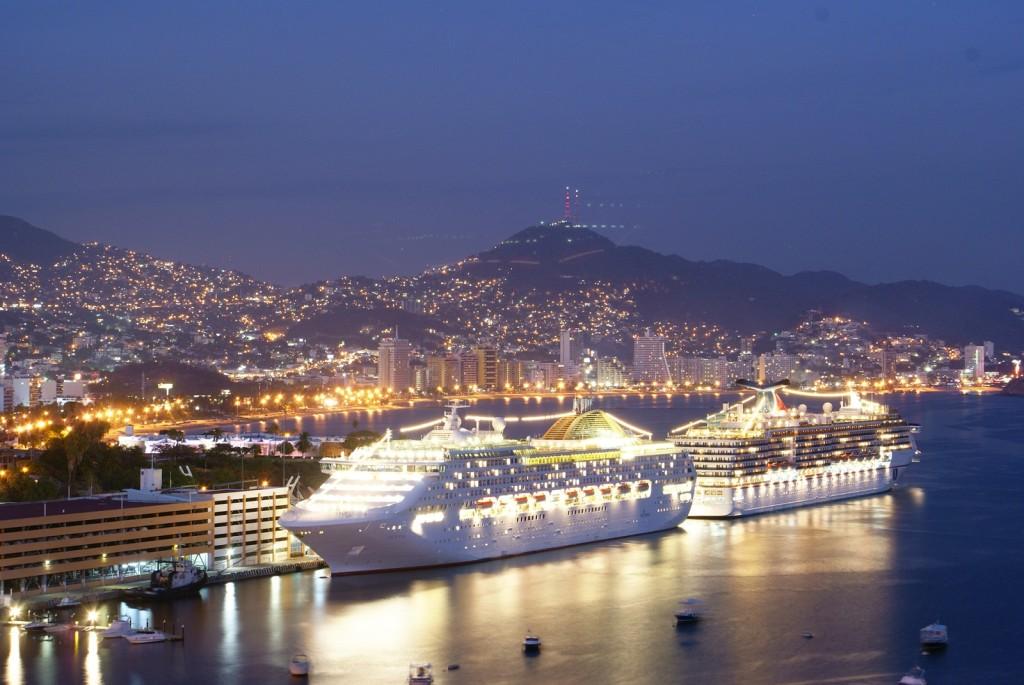 Вид на морской глубоководный порт Акапулько. Мексика.