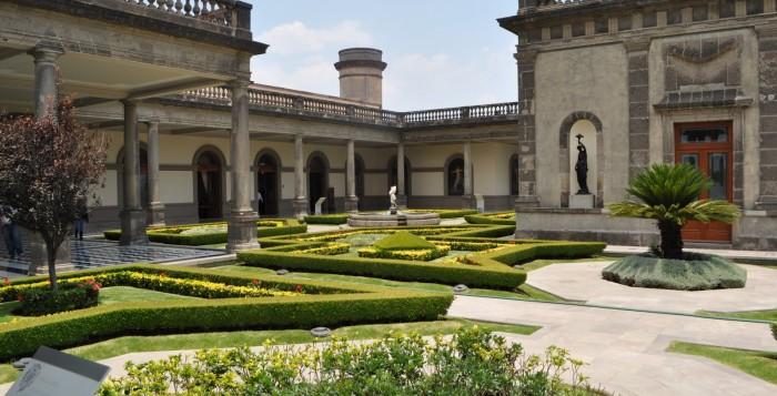 Замок Чапультепек. Уникальная красота, веяние истории древних цивилизаций – все это манит и чарует приезжающих туристов. Посетить это уникальное произведение архитектуры можно, заказав туры в Мексику.