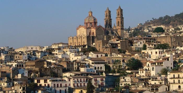 Таско-де-Аларкон, «серебряная столица Мексики», расположен в холмистой местности между Мехико и Акапулько в туристической зоне штата Герреро, называемой Солнечным Треугольником (Triangulo del Sol).