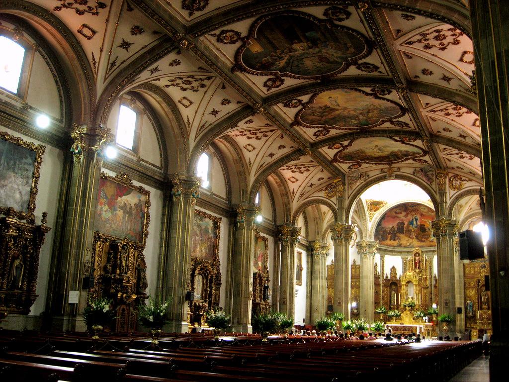 Внутреннее убранство Сан Хуан Баутиста в Мехико