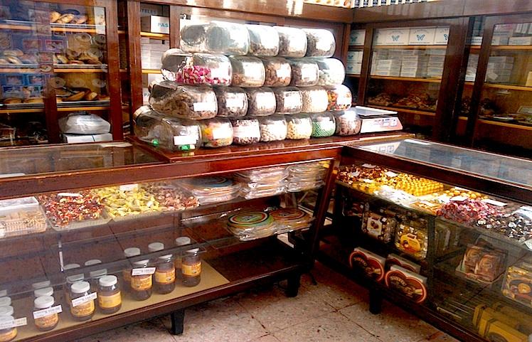 Внутреннее убранство магазина сладкоежек Марипоса в Сантьяго де Керетаро