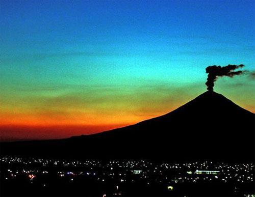 Действующий вулкан Попокатепетль в Мексике