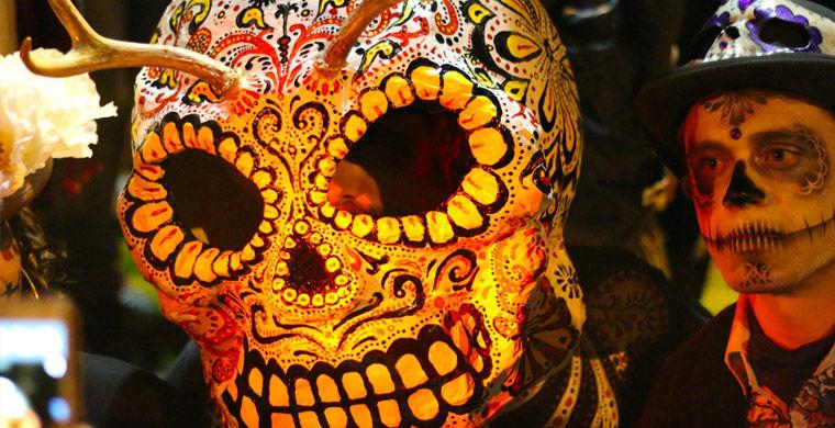 Искуссно выделанный череп на дне мертвых в Мексике