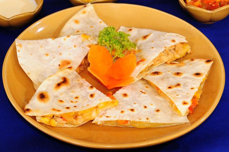 Кесадияс с курицей и сыром. Традиционные блюда мексиканской кухни