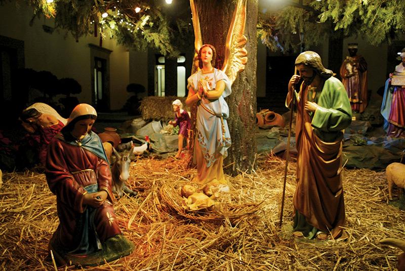 Мария и Иосиф у ясель малыша Иисуса. Рождество в Мексике