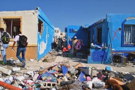 Обыватели в разрушенном поселке в Мексике после урагана