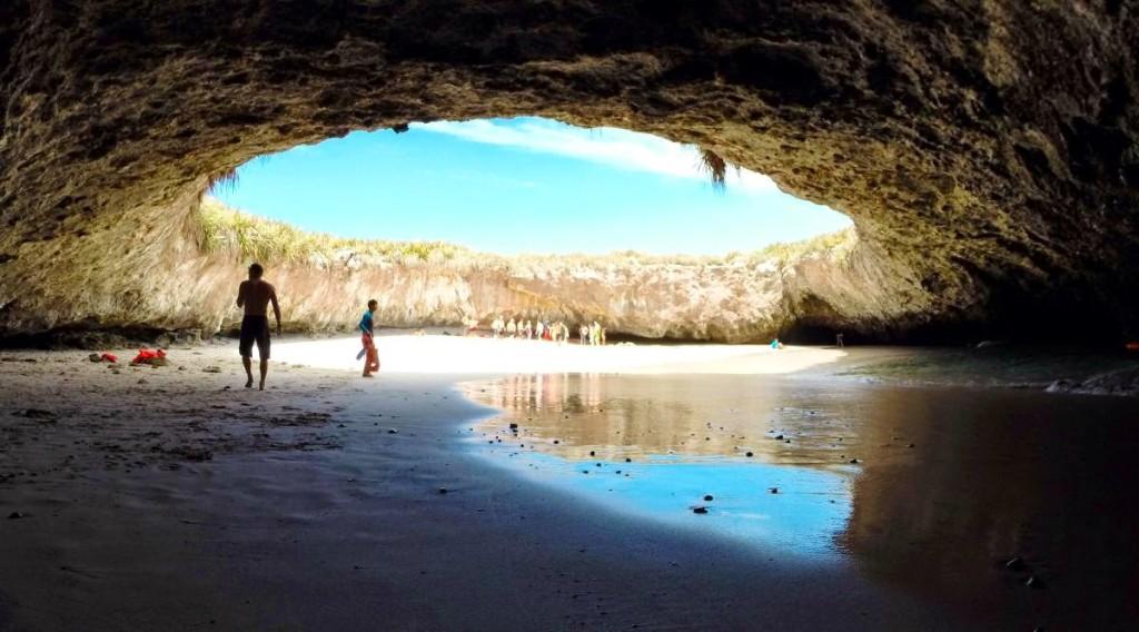 Пляж острова любви во время отлива. Пуэрто Вальярта. Мексика