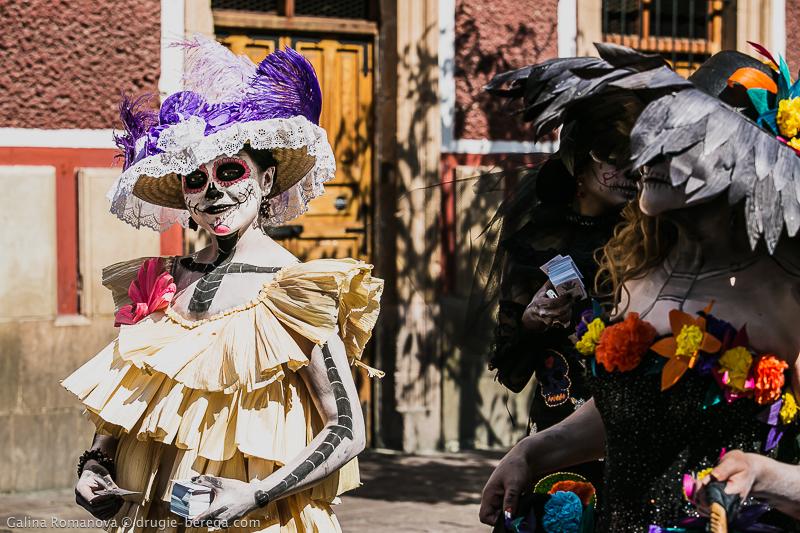 Ряженные Мексики в день мертвых