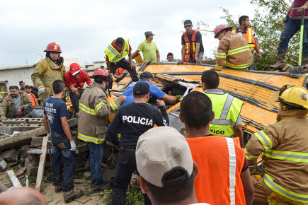 Спасатели и стражи правопорядка борются с последствиями урагана в мае 2015 года. Мексика