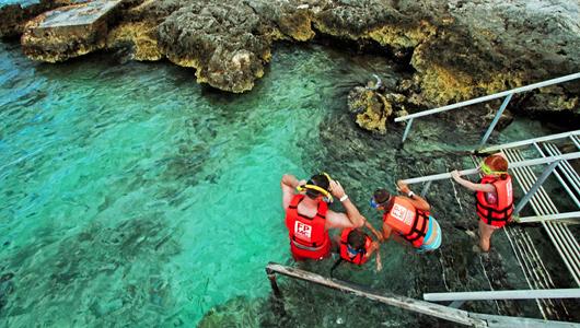 Туристы готовятся к снорклингу в лагуне Чанкааб на острове Косумель в Мексике