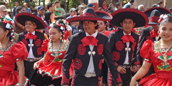 Участники парада в честь Дня мексиканской Революции 20 ноября