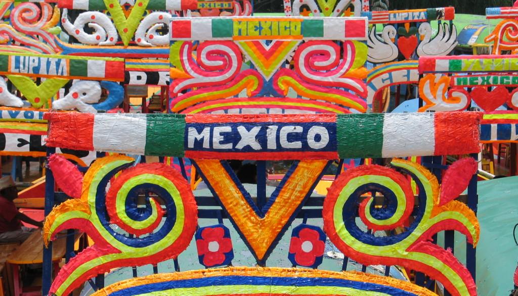 Яркие лодки на канале Сочимилько. Тур по Мехико сити
