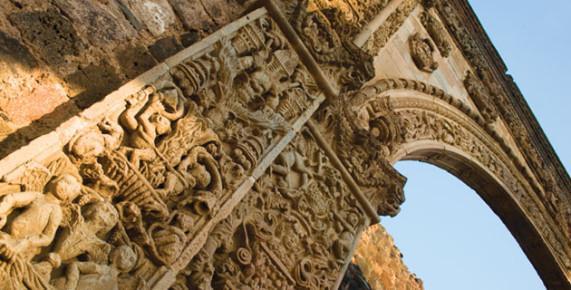 Барельефы в основании арочного акведука, Морелос, Мексика