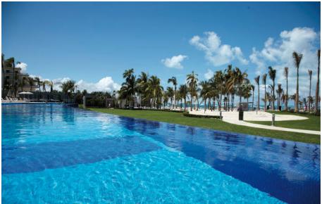 Освежитесь в нашем бассейне, одном из четырех больших бассейнов в Риу Палас Пенинсула