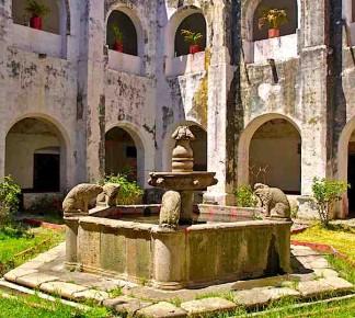 Внутренний дворик в Сантьяго в Окуитуко, Морелос, Мексика