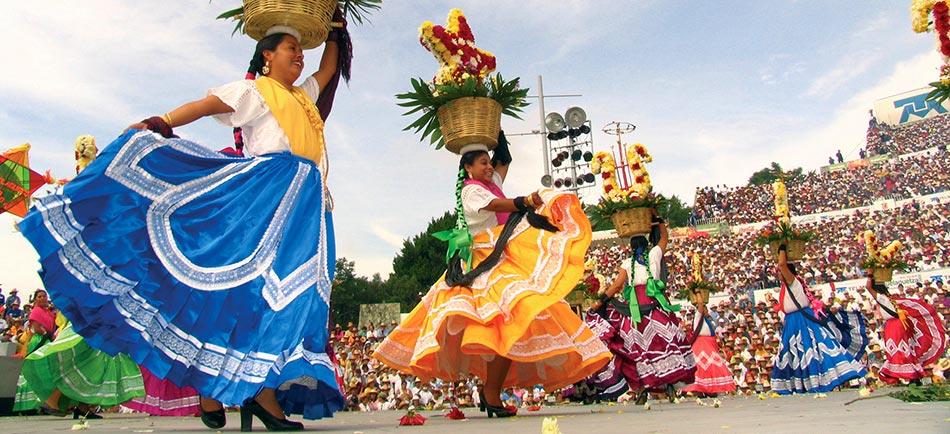 Выступление на празднике индейцев Гелагетца, Оахака, Мексика