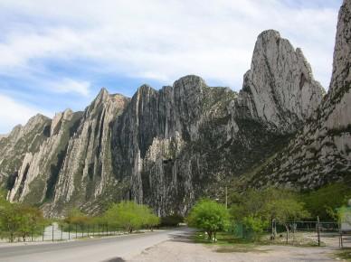 Монтеррей находится у подножия горного массива Сьерра де ла Митрас