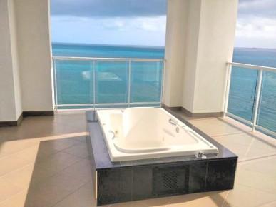Вы можете наслаждаться прекрасным видом и отеля Риу Палас Пенинсула лежа в джакузи в вашем номере