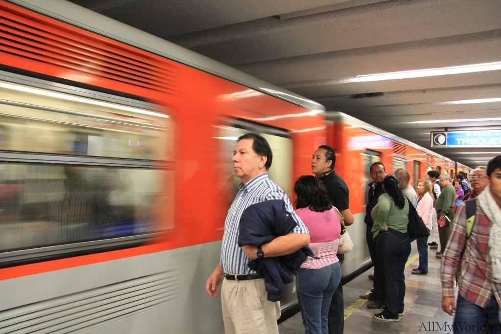 Метро в Мехико сити приспособлено для людей не умеющих читать надписи и названия станций путем введения специальной символики