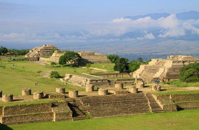 Руины города Монте Альбан в Оахака, Мексика