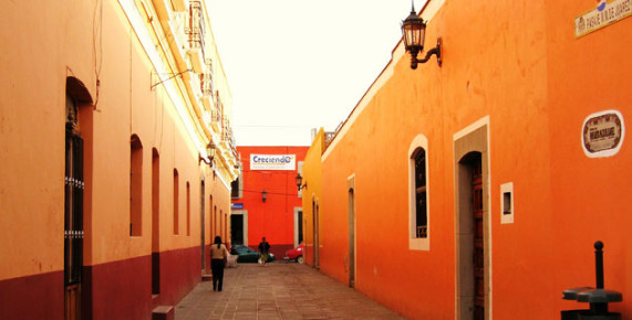 Яркая улица Кайе между домов в Уамантле