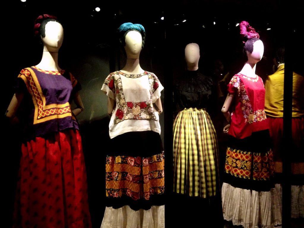 Повседневные костюмы Фриды Кало представленные в доме-музее Фриды Кало в районе Койоакан, Мексика