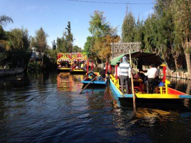 Мексиканская Венеция в парке Шочимилько, Мехико сити