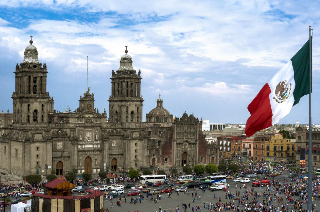 Площадь Конституции, она же Площадь Сокало в столице Мехико Сити
