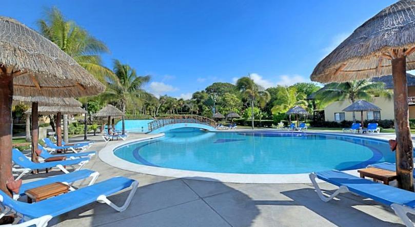 Удобные лежаки и соломенные зонтики уютно расположились вдоль бассейна в зоне отдыха отеля Allegro Playacar.