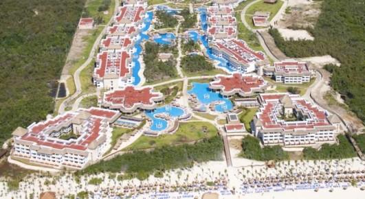 Ошеломляющий вид на огромную территорию с множеством корпусов и ухоженным пляжем отеля Grand Riviera Princess открывается с высоты птичьего полета.