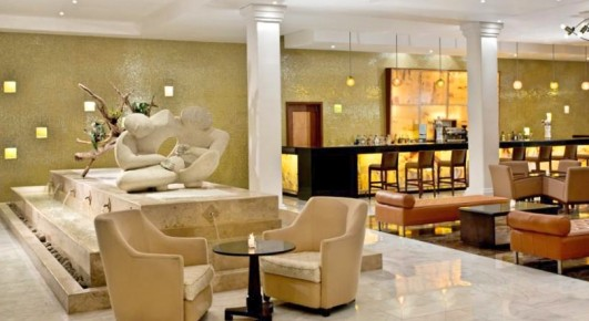 Лучшее окончание дня - провести вечер в элегантном Лобби баре отеля Grand Riviera Princess за приятной беседой с бокалом экзотического коктейля.