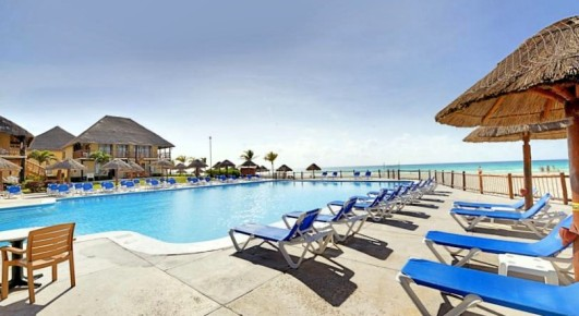 С бассейна отеля Allegro Playacar открывается роскошный вид на морское побережье лазурного цвета.
