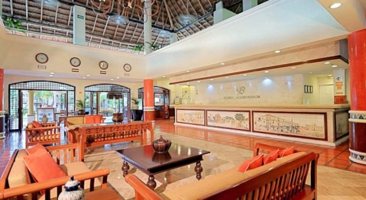 Уютная и просторная зона отдыха возле рецепции отеля Allegro Playacar позволит с комфортом ожидать поселения.