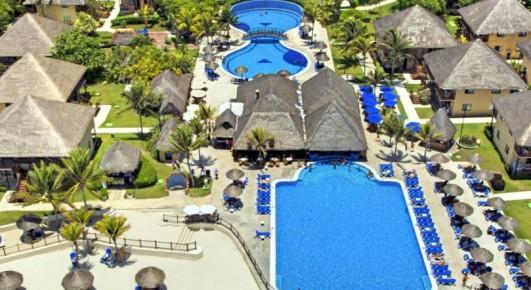 На территории отеля Allegro Playacar раскинулись два великолепных бассейна разной формы, один из них имеет романтический мостик.