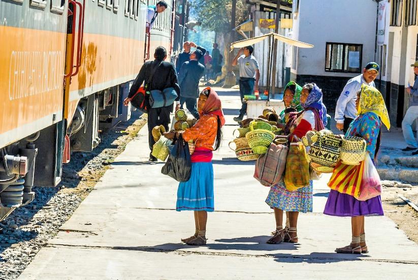 Жители соседних деревень приезжают на вокзал, чтобы продать рукотворные изделия туристам