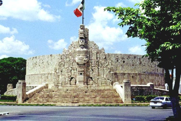 Монумент а ла Патриа на самом красивом проспекте Пасео де Монтехо, Мерида, Юкатан