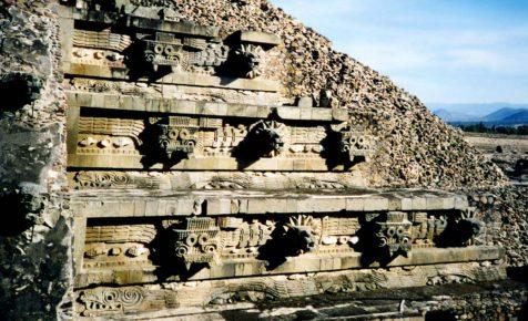 Барильефы Пирамиды Кетцалькоатля города Теотиуакан, Мексика