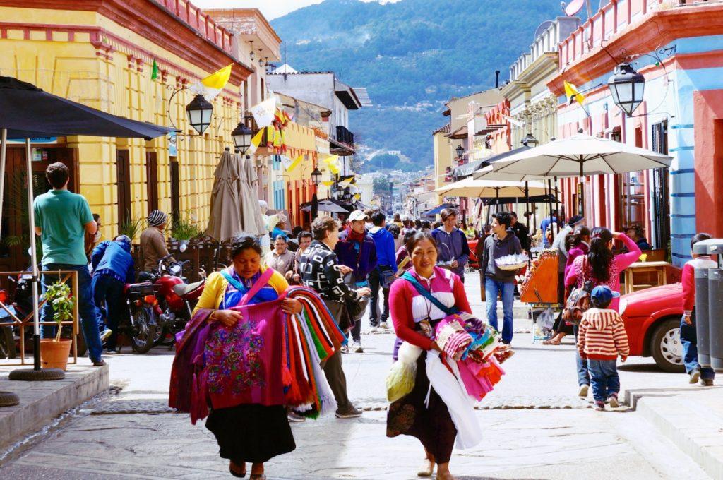 Индейцы племени Цоциль на уютных улицах города Сан Кристобаль де Лас Касас