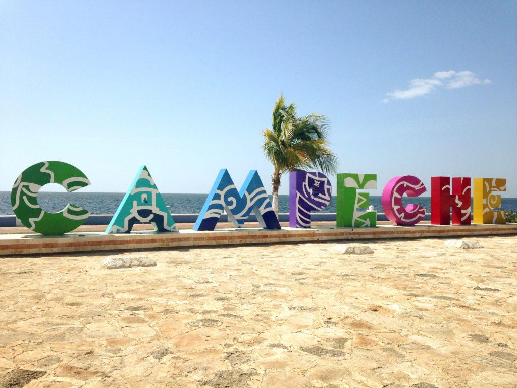 Буквы города Кампече на набережной мексиканского залива