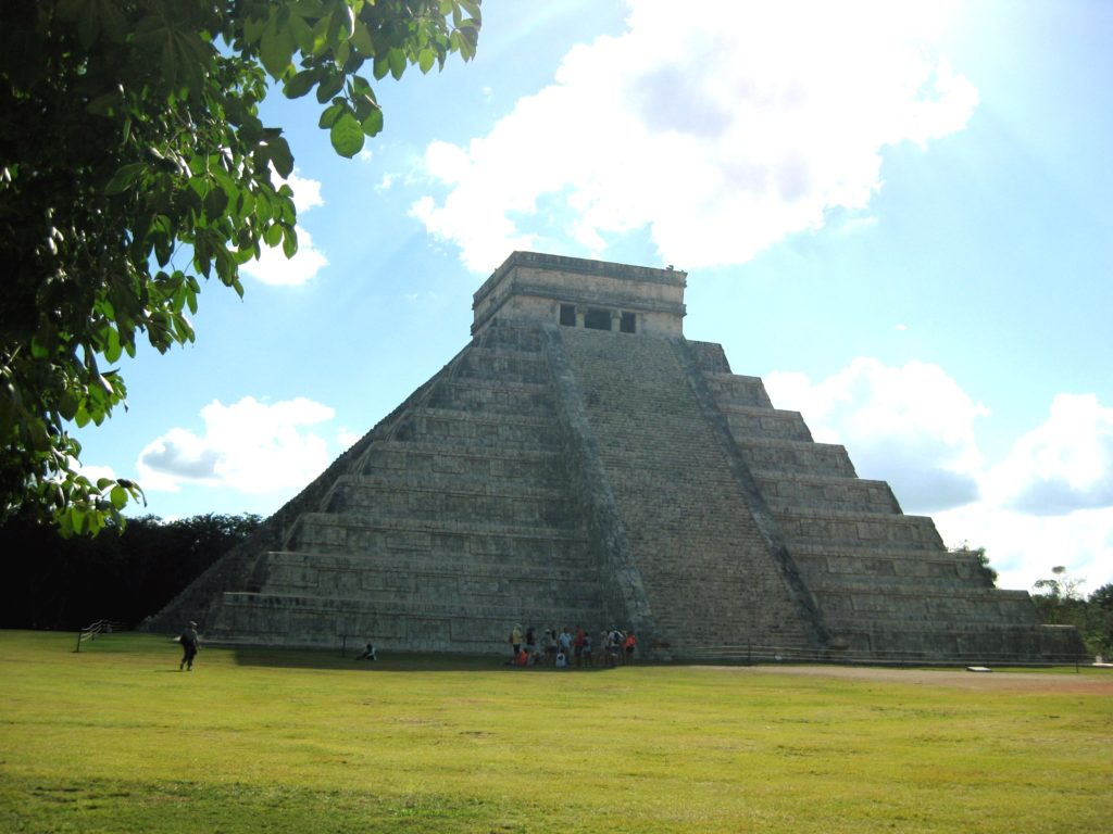 Пирамида Эль Кастильо в археологической зоне Чичен-Ица, штат Юкатан
