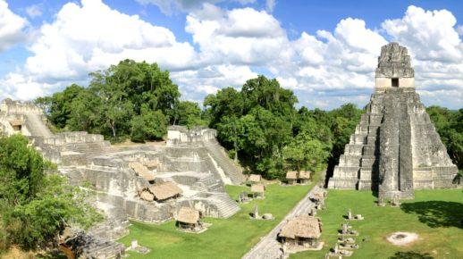 Величественный Храм Ягуара в древнем маясском городе Тикаль, Гватемала