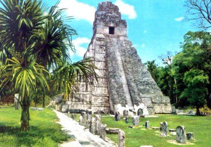 Величественная пирамида I наверху с Храмом Ягуара, Тикаль Гватемала