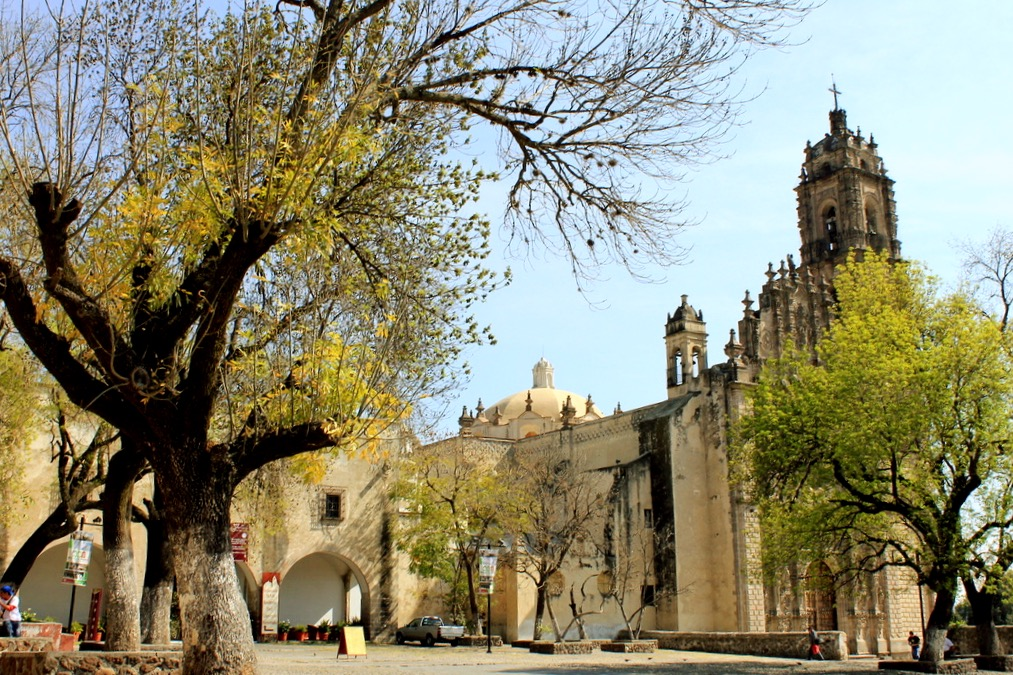 Храм в стиле барокко в старином городке Тепоцотлан, Мексика