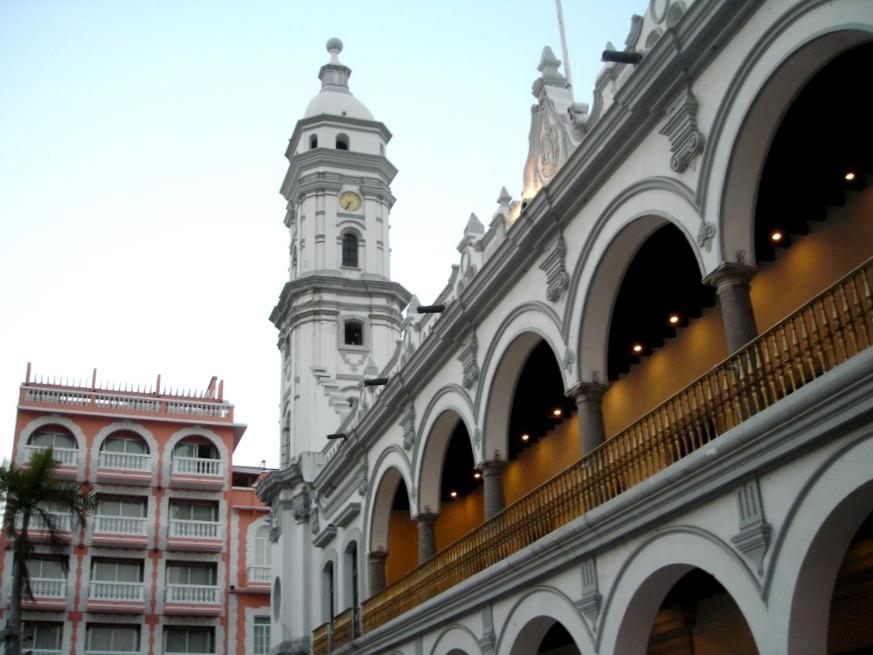 На площади в окружении дворцов Веракруса