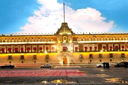 Дворец Правительства города Мехико, Площадь Конституции
