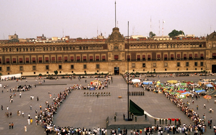 Военные снимают флаг Мексики в центре столицы. Ежедневный парад